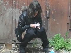 Молоденькие писающие женщины скрытая камера в заброшенном доме
