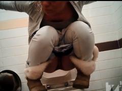Подборка видео писающих женщин в общественных туалетах